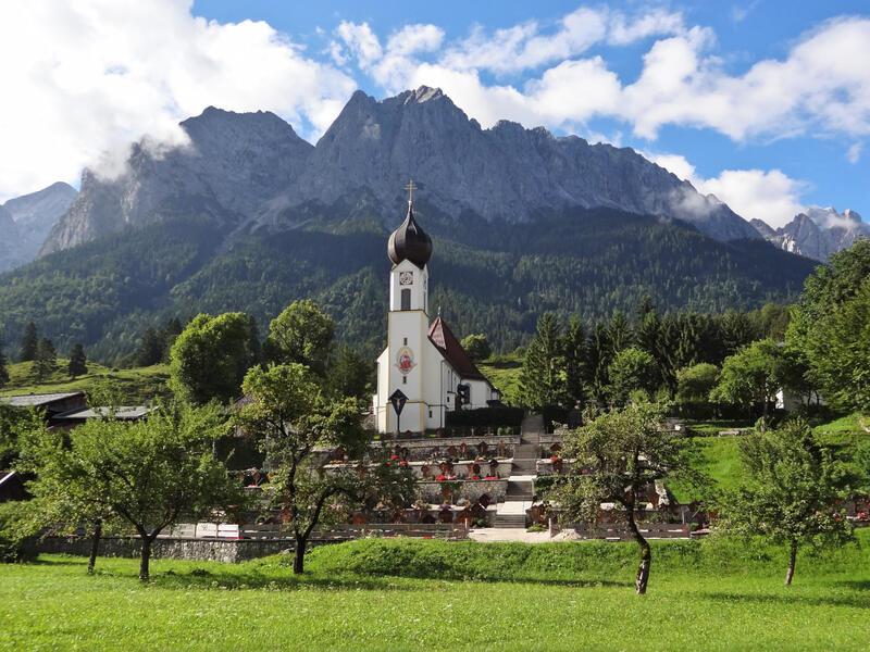 Eibsee-Rundweg und Badersee: Waxensteinkamm: Postkartenmotiv von Obergrainau mit dem Waxensteinkamm.