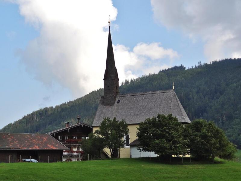 Staufen-Überschreitung: Einsiedl bei Inzell: Ländliche Idylle in Einsiedl bei Inzell mit der gotischen Nikolauskirche.