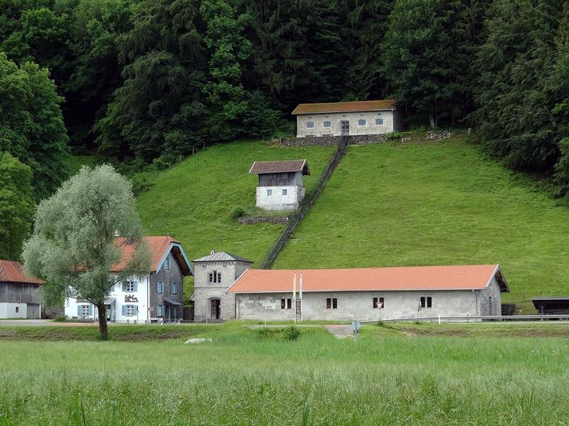 Kendlmühlfilzen-Rundweg: Klaushäusl: Das Brunnhaus Klaushäusl war eine Pumpstation für die Soleleitung von Bad Reichenhall nach Rosenheim. Heute ist darin das Museum Salz & Moor untergebracht.