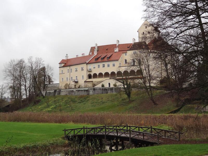 Wanderung von Seefeld nach Andechs: Schloss Seefeld: Der einst wehrhafte Charakter von Schloss Seefeld ging durch zahlreiche An- und Umbauten verloren. Dies wird besonders an den Arkaden zum Garten hin deutlich.