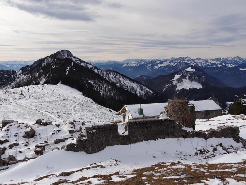 Zinnenberg: Abstieg zwischen Zinnenberg und Klausenberg. Obwohl wenig Schnee liegt, kann man in den zugewehten Mulden hüfttief einsinken.