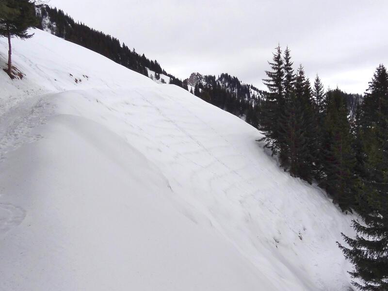 Hochgern über Agergschwendalm: Am steilen Hang unterhalb des Hochgernhauses ist bei hoher Schneelage die Lawinengefahr zu beachten. Heute ist alles im grünen Bereich.
