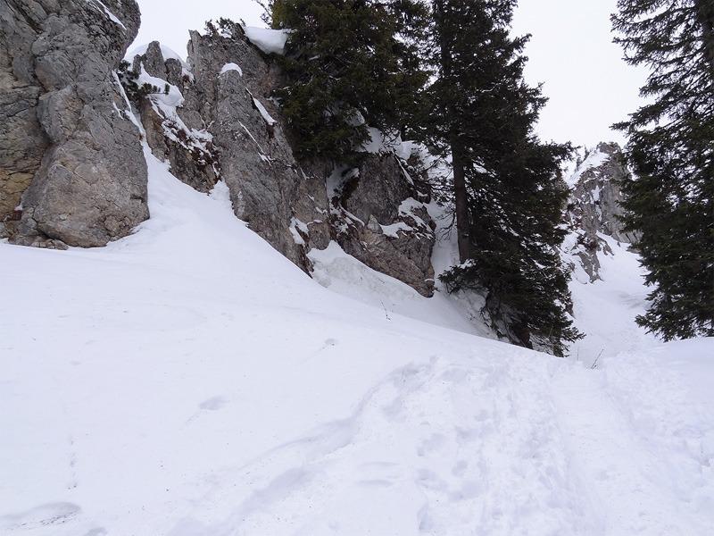 Hochgern über Agergschwendalm: Im Winter ist es am sichersten, vom Hochgernsattel den Weg rechts der Felsen zu nehmen.