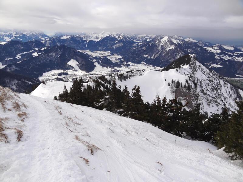 Hochgern über Agergschwendalm: Chiemgauer Alpen: Auf den letzten Metern zum Gipfel präsentieren sich die Chiemgauer Alpen in ihrer winterlichen Pracht.
