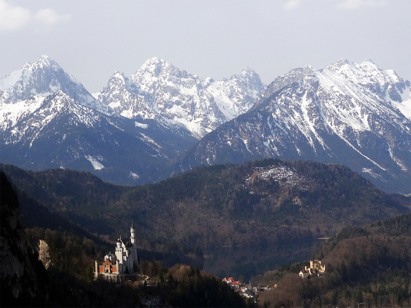 Schönleitenschrofen: Hohenschwangau: Die Schlösser Neuschwanstein und Hohenschwangau vor den Tannheimer Bergen.