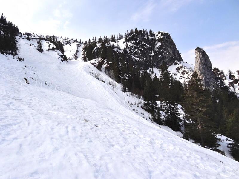Schönleitenschrofen: Skipiste am Tegelberg: Die Aufstiegsroute verläuft im oberen Bereich neben der Skipiste.