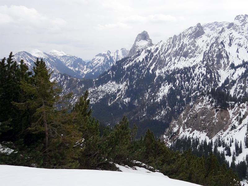 Schönleitenschrofen: Geiselstein: Der Geiselstein sticht aus der Hochplattengruppe hervor. Links daneben ist in der Ferne der Bäckenalmsattel zu erkennen.