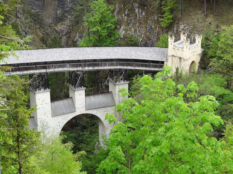 St. Georgenberg und Wolfsklamm: Hohe Brücke: Der Unterbau der Hohen Brücke bei St. Georgenberg wurde gegen Ende des Mittelalters errichtet. Das Torhaus ist neugotisch.