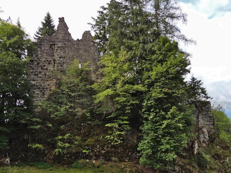 Grünten über Burgberger Hörnle: Burgruine Burgberg: Anhand der verwendeten Steine lassen sich an der Nordwand der Ruine Burgberg zwei unterschiedliche Bauphasen erkennen.