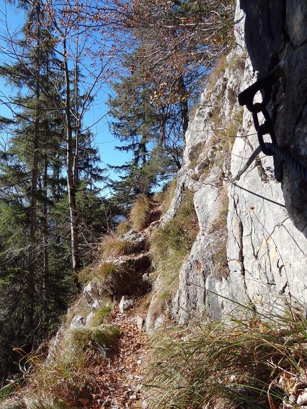 Pflasterbachhörndl und Rabensteinhorn: Ein schmaler, gesicherter Steig quert den sonnigen Südhang unterm Rabensteinhorn.