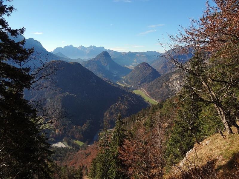 Pflasterbachhörndl und Rabensteinhorn: Saalachtal: Blick nach Südwesten über das Saalachtal zu den Loferer Steinbergen.