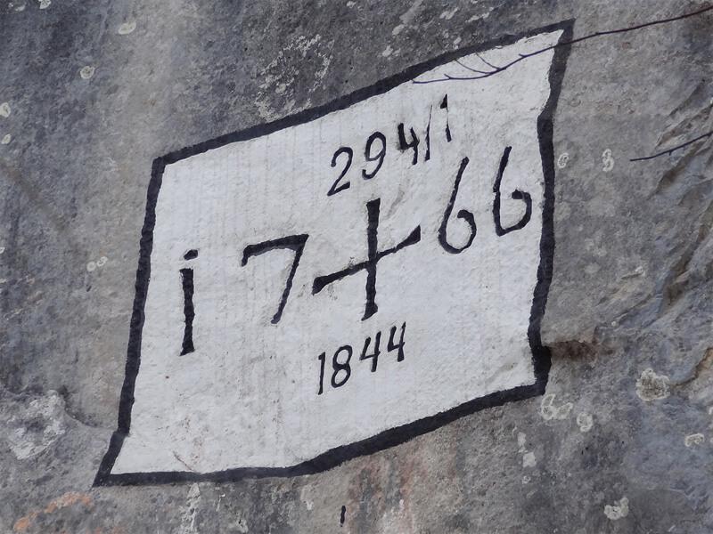 Grünkopf-Überschreitung: Historische Grenzmarkierung: Im Jahr 1766 wurde der umstrittene Grenzverlauf zwischen den Grafschaften Tirol und Werdenfels vertraglich festgelegt. Im Grenzvertrag von 1844 scheint diese Stelle bestätigt worden zu sein.