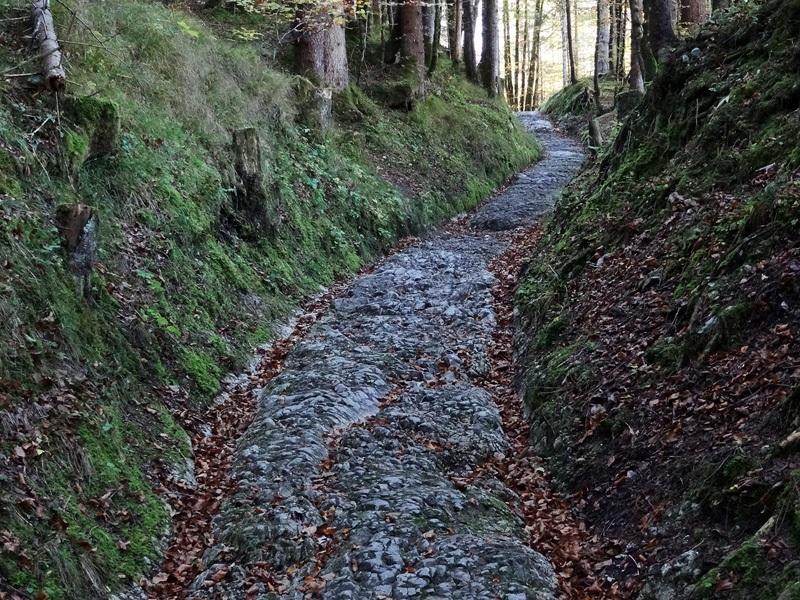 Hoher Kranzberg mit Wildensee: Römerstraße bei Klais: Diese römische Geleisestraße könnte namensgebend für den Ort Klais gewesen sein.