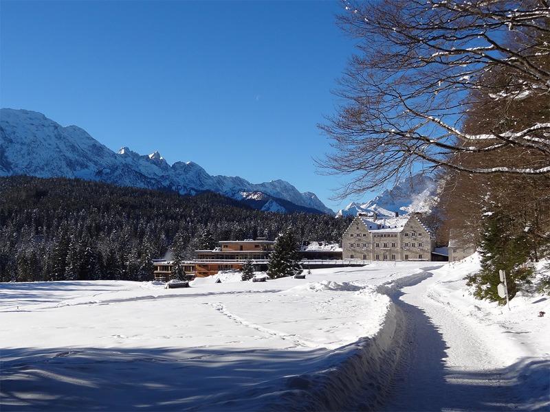 Wamberg-Überschreitung: Schloss Kranzbach: Die englische Handschrift ist bei dem Anfang des 20. Jahrhunderts erbauten Schloss Kranzbach unverkennbar.