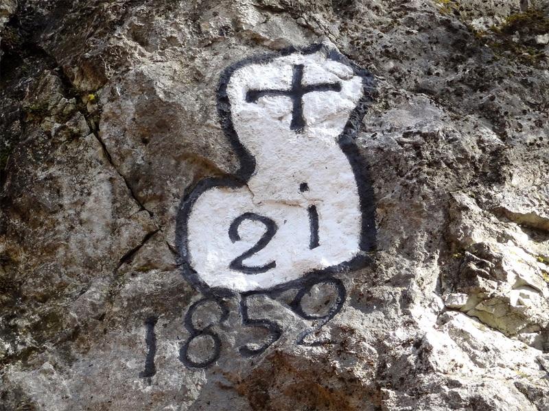 Pendling von Kufstein: Forstgrenze: Beim Aufstieg zum Pendling kommt man an auffälligen Grenzmarkierungen der Österreichischen Bundesforste vorbei. Laut Jahreszahl stammen sie noch aus der Zeit der Monarchie. Weil sie bis heute gültig sind, werden sie so schön erneuert. Die Markierungen haben innerhalb eines Grenzzugs eine fortlaufende Nummerierung. Im Hochgebirge werden sie zur besseren Sichtbarkeit rot umrandet.