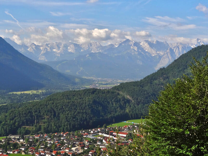 Ettaler Manndl von Oberau: Am Grünen Fleck: Vom Aussichtspunkt Am Grünen Fleck hat man einen schönen Blick über das Loisachtal zum Wettersteingebirge.