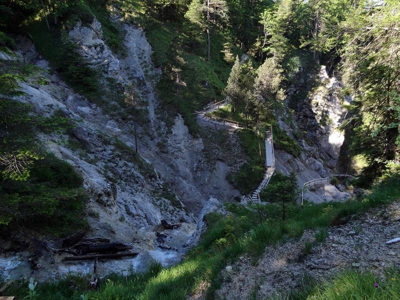 Schöttelkarspitze über Seinskopf: Hüttlebachklamm: Der beliebte Weg durch die Hüttlebachklamm bei Krün kann nur mit erheblichem Aufwand in Stand gehalten werden.