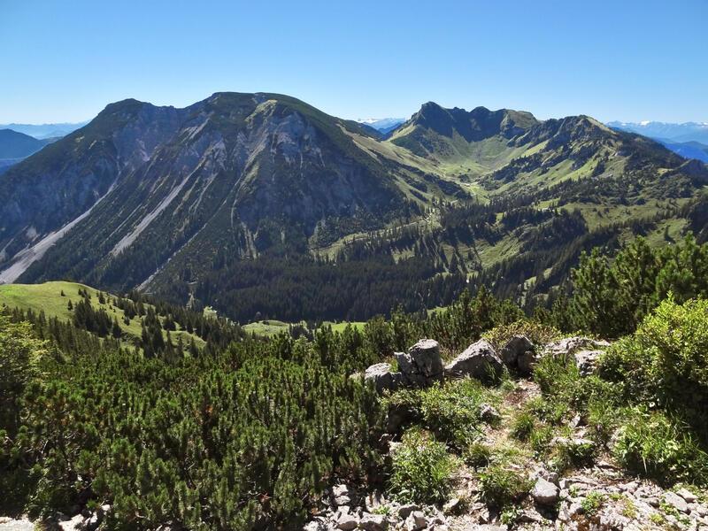 Hochmiesing via Taubenstein: Miesing und Rotwand: Blick von Norden auf die beiden wuchtigen Miesinggipfel und die langgezogene Rotwand. Unser Weg verläuft rechts vom Taubenstein durch das Kleintiefental zum Miesingsattel.