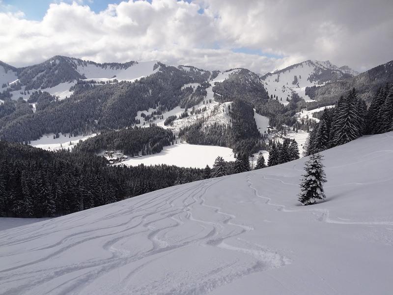 Jägerkamp vom Spitzingsattel: Spitzingsee: Im Winter ist der Spitzingsee nur eine weiße Fläche. Die Gipfel von links nach rechts sind der Stolzenberg, der Roßkopf, der Stümpfling und die Bodenschneid.