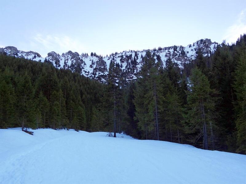 Steckenbergkreuz über Schleifmühlklamm: Sonnenberggrat: Unnahbar wirkt der Sonnenberggrat im Winter.