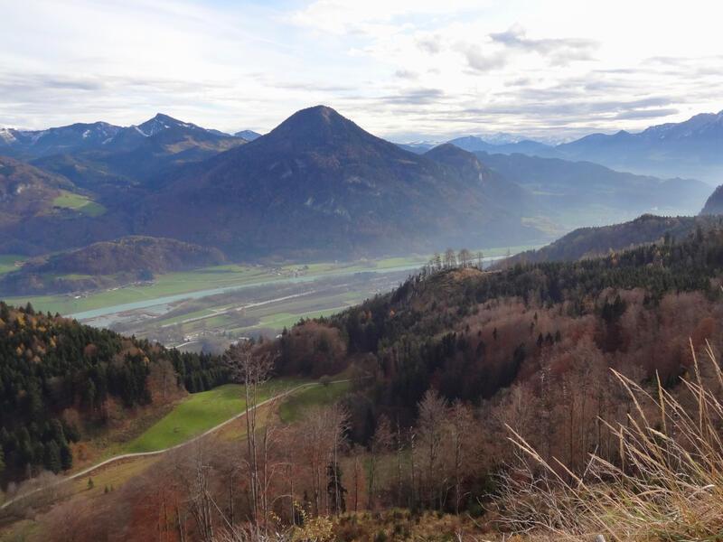 Kranzhorn von Erl über Erlersteig: Kienberg: Blick von Erl zum Kranzhorn. Ganz links spitzt bereits der Gipfel hervor. Rechts sieht man den Kienberg mit der Sonnwand.