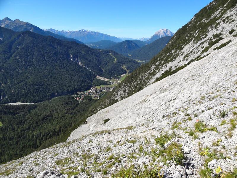 Rotwandlspitze und Brunnensteinspitze: Auf dem Feichtl: Karg und steinig präsentiert sich der Aufstieg über das Feichtl. Im Tal unten liegt Scharnitz.