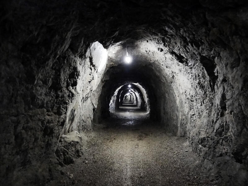 Sieben Quellen, Archtalschlucht und Asamklamm: Ehemaliger Luftschutzbunker: Unter dem Kalvarienberg von Eschenlohe liegt dieser Tunnel. Er wurde ursprünglich als Luftschutzbunker angelegt. Heute führt ein Spazierweg hindurch.