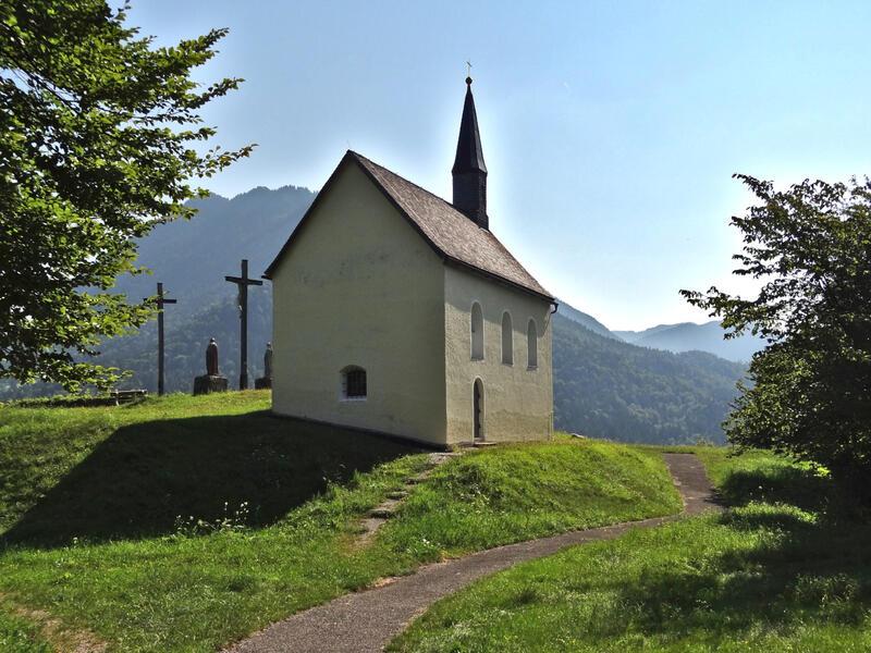 Sieben Quellen, Archtalschlucht und Asamklamm: Kalvarienberg Eschenlohe: Die Kapelle St. Nikolaus auf dem Kalvarienberg bei Eschenlohe wurde aus den Resten einer Burgruine erbaut.