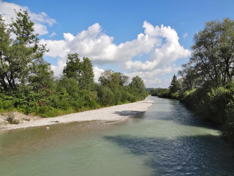 Moosbergsee und Langer Köchel: Loisach: Der Weg von Ohlstadt ins Murnauer Moos führt bei Weichs über die Loisach.