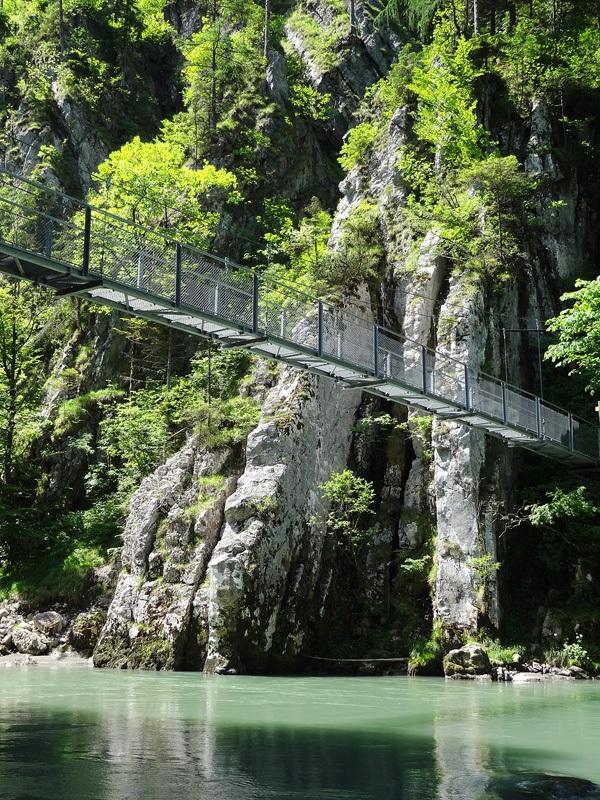 Schmugglerweg zum Klobenstein: Hängebrücke beim Klobenstein: Über eine Hängebrücke geht es vom Schmugglerweg zum Klobenstein. Auffällig ist der senkrecht gestellte Plattenkalk.