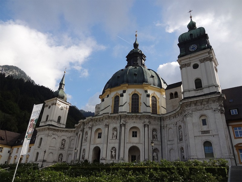 Notkarspitze von Ettal: Kloster Ettal: Start- und Endpunkt der Tour ist Kloster Ettal. Das Benediktinerkloster wurde im Mittelalter von Kaiser Ludwig dem Bayern gegründet. Die prachtvolle Barockkirche hat eine ungewöhnliche zwölfeckige Form.