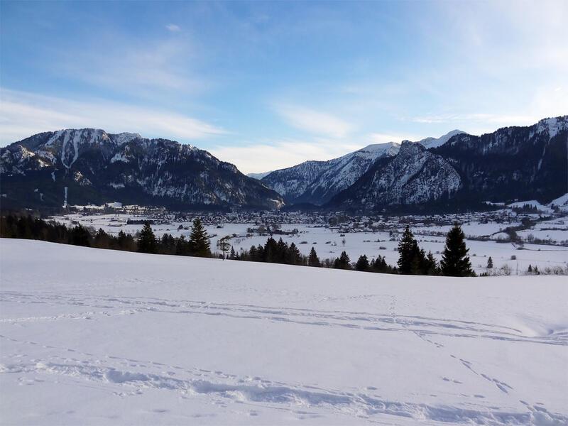 Großer Aufacker: Laber und Kofel: Blick vom Altherrenweg über Oberammergau zum Kofel. Links im Bild befindet sich der Laber.