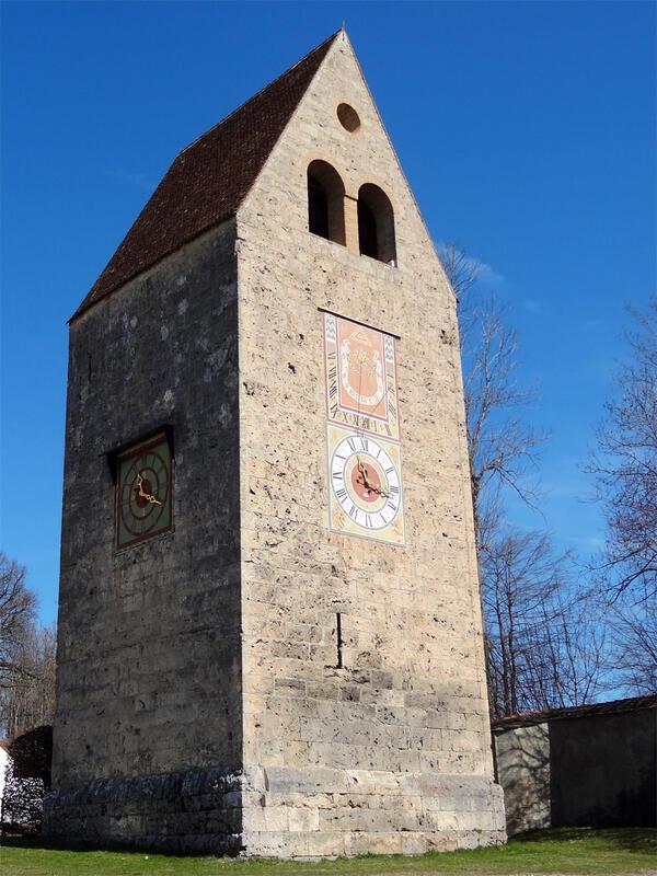Paterzeller Eibenwald und Zellsee: Glockenturm in Wessobrunn: Der massive Glockenturm aus Kalktuffquadern diente dem Kloster auch zur Verteidigung und als sicherer Rückzugsort.