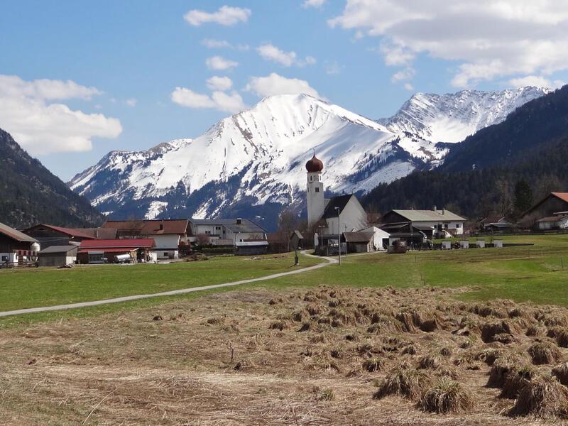 Ruine Ehrenberg und highline179: Heiterwang: Heiterwang mit Bleispitze und Gartnerwand.