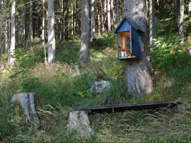 Rauher Kopf am Untersberg: Blaues Kastl: Neben eine Quelle mit Laufbrunnen hängt an einem Baum das Blau Kastl. Die Menschen legen kleine Kieselsteine hinein, die ihre Sorgen und Anliegen symbolisieren.