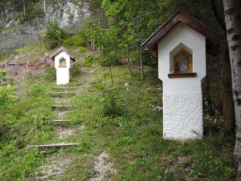 Porta Claudia und Riedboden: Kalvarienberg Scharnitz: Die Wanderung beginnt mit dem Aufstieg zum Kalvarienberg, der nach der Schleifung der Porta Claudia in mehreren Phasen erbaut wurde.