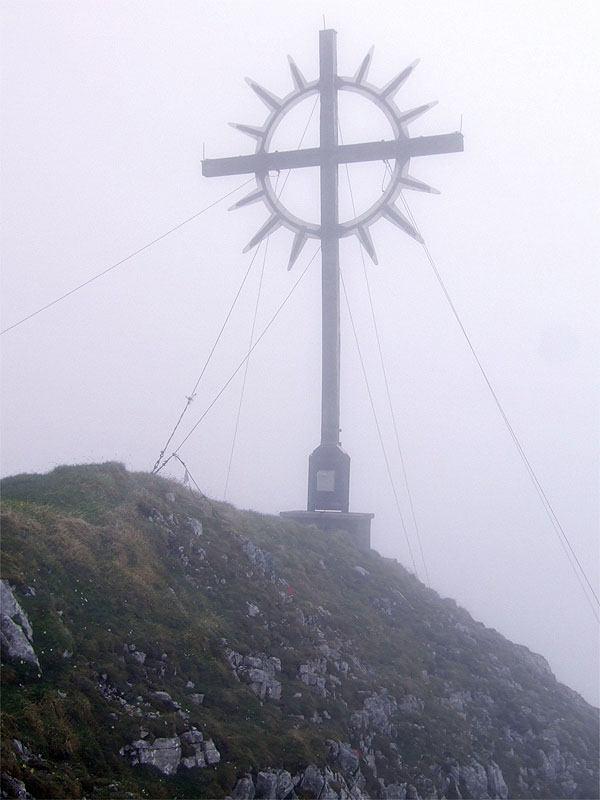 Kohlbergspitze bis Pitzenegg: Kohlbergspitze: Das Gipfelkreuz auf der Kohlbergspitze ist auch im Nebel schön.
