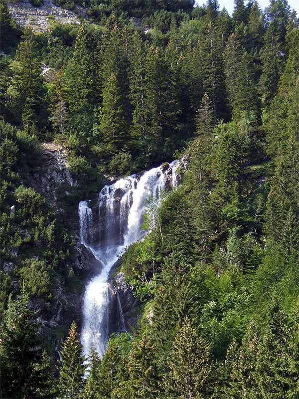 Ruchenköpfe via Schnittlauchrinne: Soinsee-Wasserfall: Wenn der Soinsee ausreichend mit Wasser gefüllt ist, stürzt am Schellenberg ein beeindruckender Wasserfall herab.