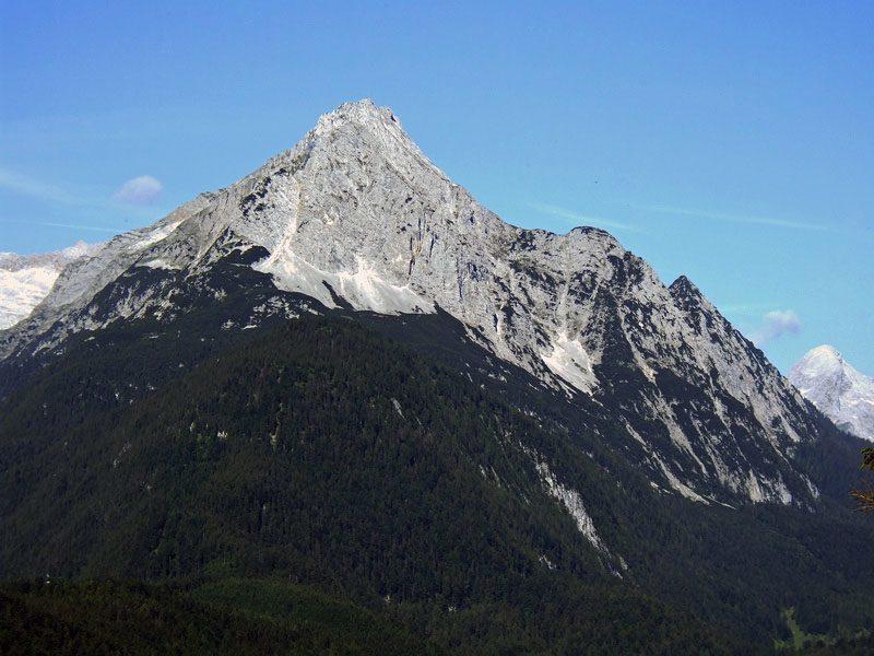 Obere Wettersteinspitze: Wettersteinspitze: Blick vom Karwendel auf die Wettersteinspitze und den hervorstehenden Gemsanger.