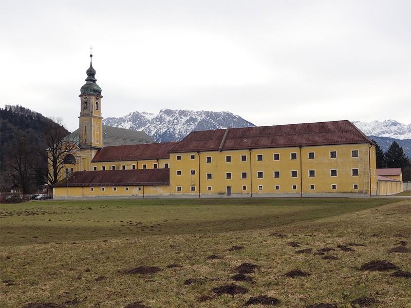 Oberaudorf, Reisach und Niederndorf: Kloster Reisach: Das Kloster in Reisach bei Oberaudorf ist vielen vom Vorbeifahren bekannt. Die schmucke Barockanlage müsste dringend saniert werden.