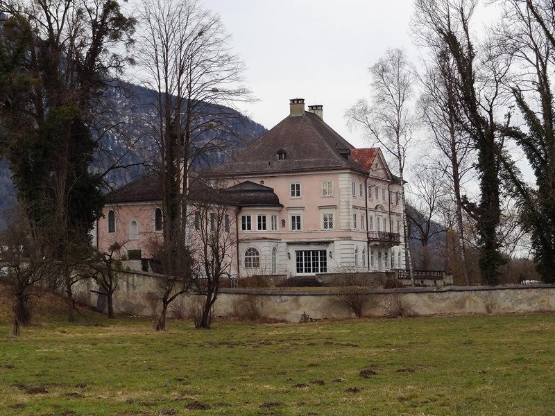 Oberaudorf, Reisach und Niederndorf: Neues Schloss Urfahrn: Das Neue Schloss Urfahrn befindet sich in Privatbesitz. Zu dem Ensemble gehört auch eine sehenswerte Rokokokapelle, die allerdings nur für Hochzeiten und Konzerte geöffnet wird.