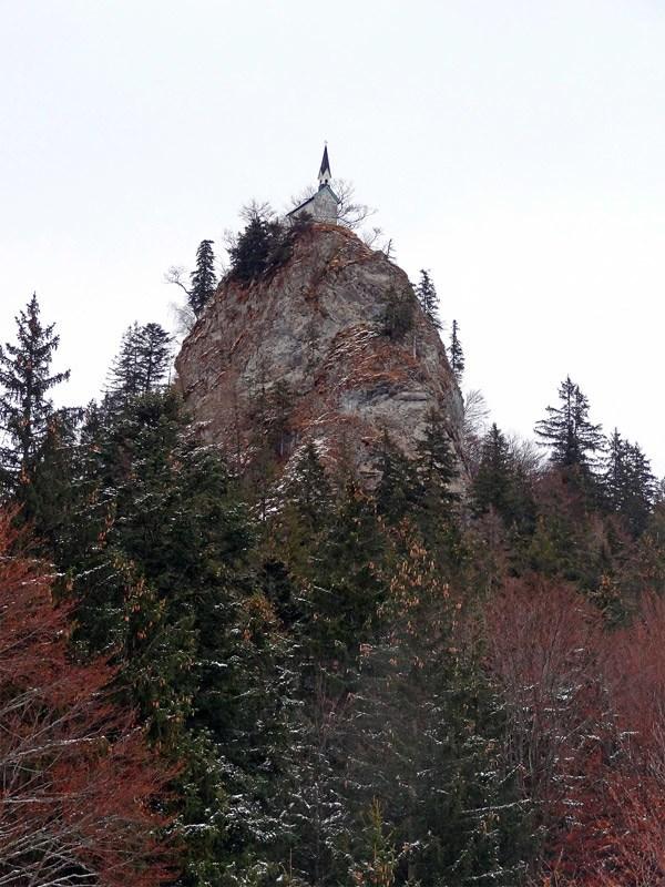 Baumgartenschneid und Gindelalmschneid: Riederstein: Die Riedersteinkapelle auf dem gleichnamigen Felssporn über dem Galaun.