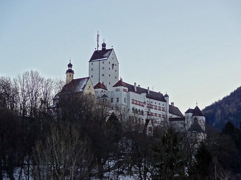 Klausenberg und Predigtstuhl: Schloss Hohenaschau: Prachtvoll thront das POILINKID671 über dem Priental. Im Sommerhalbjahr ist es für Besucher geöffnet.
