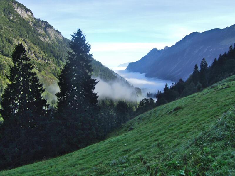 Hochgundspitze: Stillachtal: Frühnebel über dem Stillachtal beim Aufstieg von Einödsbach zur Rappenseehütte.