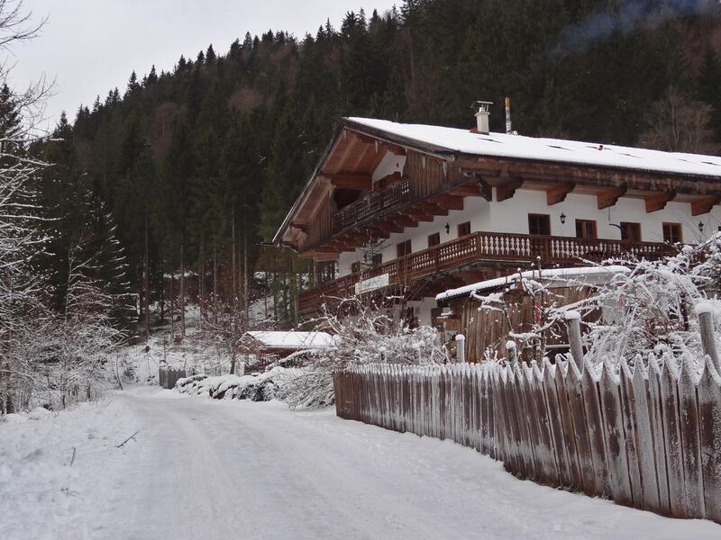 Versteckter Lahnenkopf: Hennererhof: Der Hennererhof ist eine gemütlich Einkehr und Ausgangspunkt vieler schöner Wanderungen in die Schlierseer Berge.