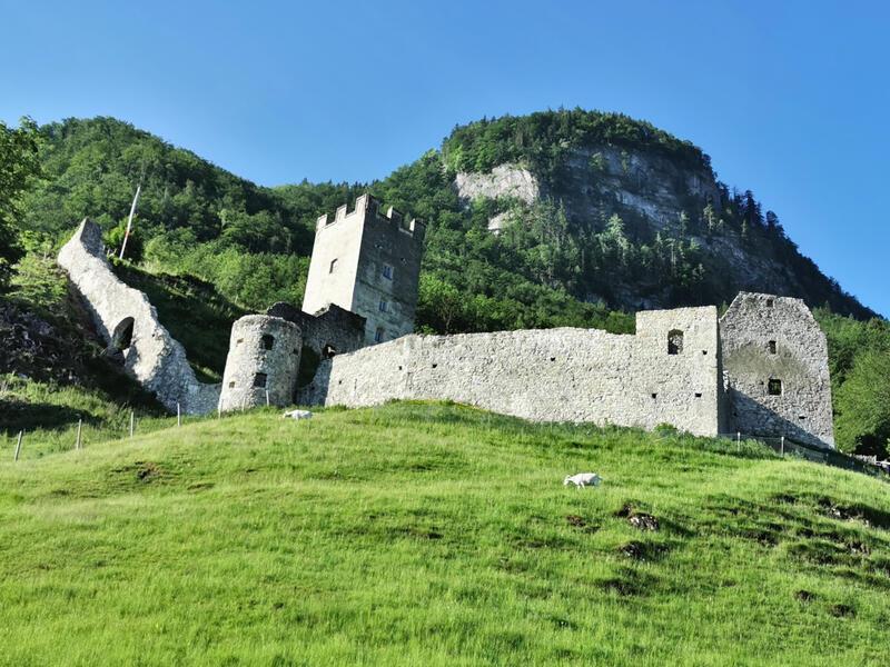 Großer Madron: Burgruine Falkenstein: Die Wanderung beginnt bei der Burgruine Falkenstein. Der Berg im Hintergrund ist der Große Madron.