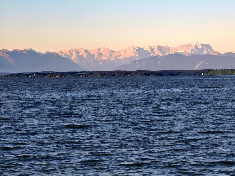Leutstettener Moos und Mühlthal: Wettersteingebirge: Blick über den Starnberger See gen Süden. Je nach Wetterlage scheinen die Alpen zum Greifen nahe. Ganz rechts, am Ende der Wettersteinsilhouette, steht die Zugspitze.