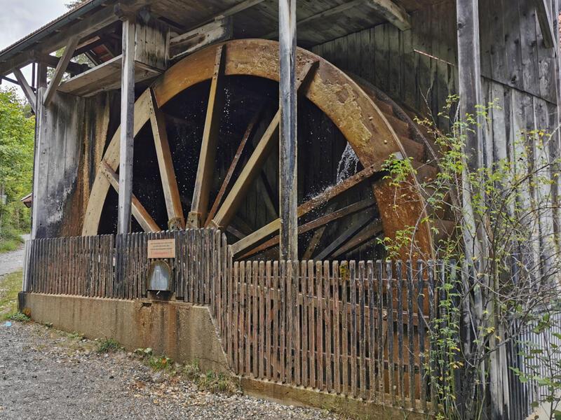 Gießenbachklamm und Thiersee: Wasserrad Bleiersag: An dem ehemaligen Sägewerk Bleiersag unterhalb der Gießenbachklamm dreht sich das angeblich größte Wasserrad Bayerns.