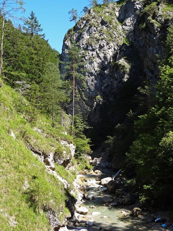 Pyramidenspitze über Winkelkar: Sparchenklamm : Am unteren Ende des Kaisertals fließt der Kaiserbach durch die Sparchenklamm.