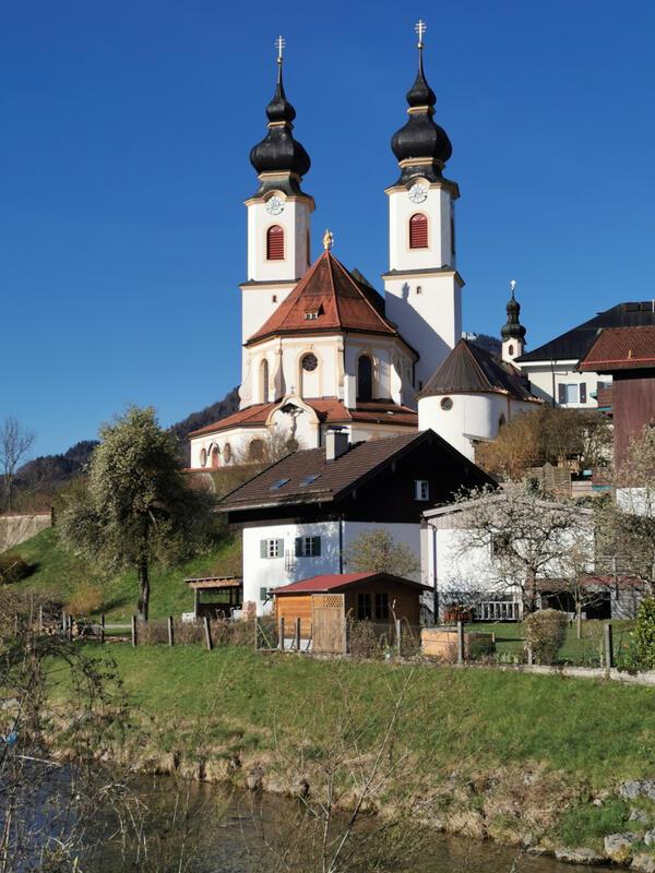 Bärnsee-Rundweg: Aschau im Chiemgau: Die Pfarrkirche in Aschau ist ein Schmuckstück des Prientals. Der ursprünglich gotische Bau wurde barockisiert.